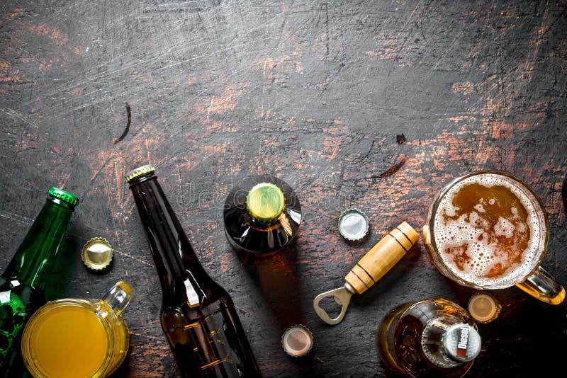 Пиво в бутылках и стеклах стоковые изображения