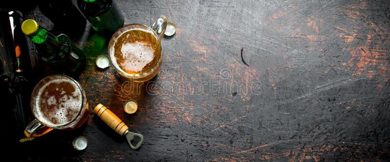Пиво в бутылках и стеклах стоковые изображения rf