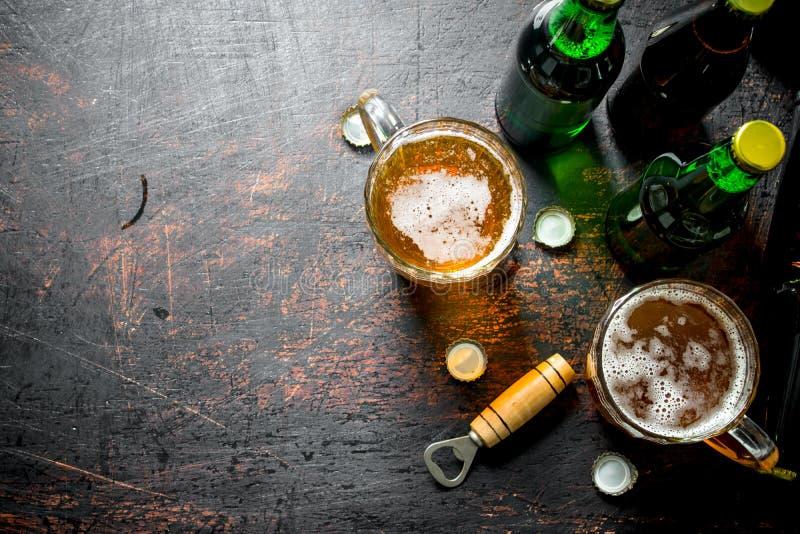 Пиво в бутылках и стеклах стоковое фото rf