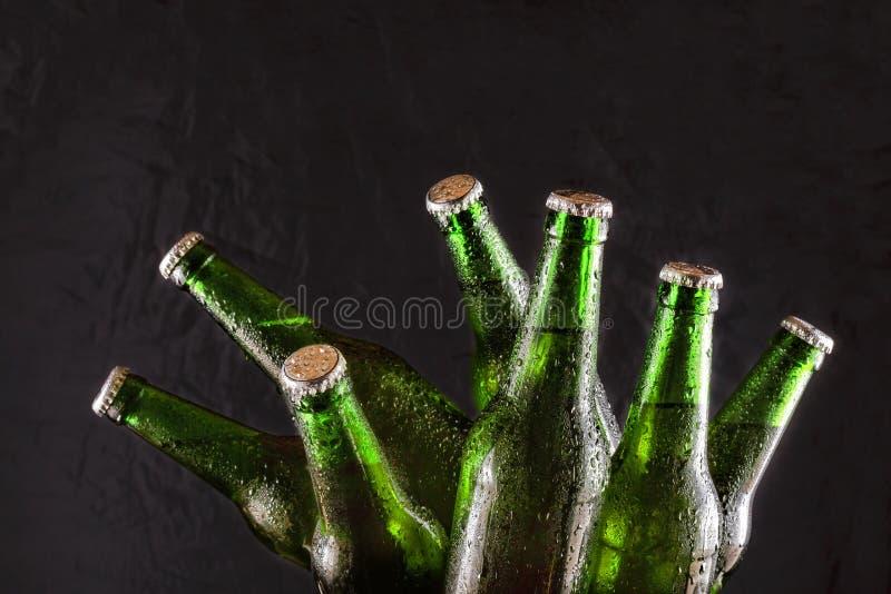 Пиво в зеленых бутылках на черной предпосылке День ` s St Patrick Паб Бар спорт стоковое фото