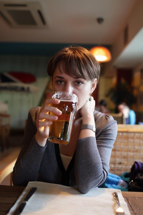 Пиво женщины выпивая стоковая фотография rf