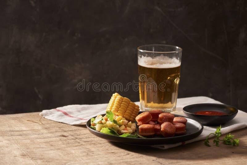 Пиво и аппетитный набор закусок пива Таблица с зажаренным пивом кружки стоковые фотографии rf