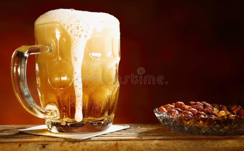 Пиво и арахисы стоковое фото rf