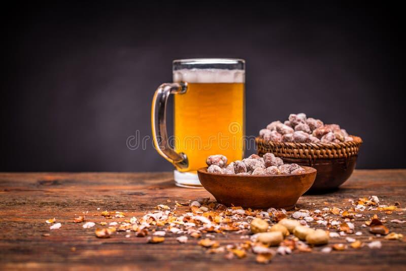 Пиво и зажаренные в духовке арахисы стоковая фотография