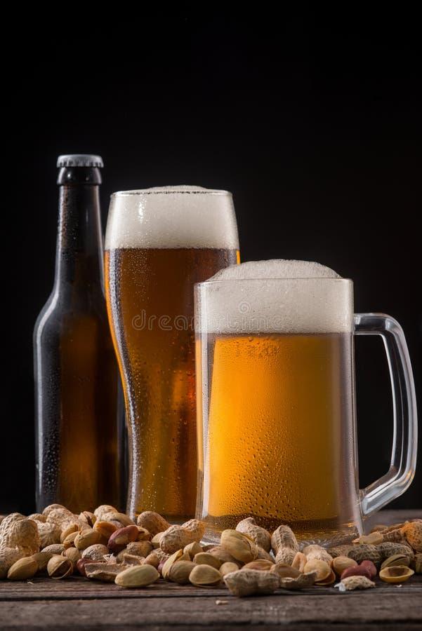 Пиво и закуски стоковые изображения