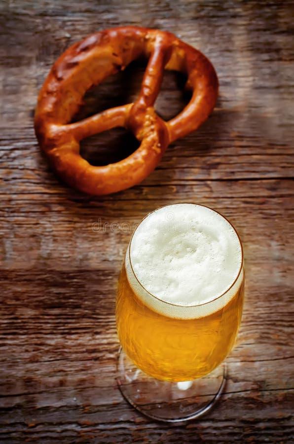 Пиво и крендель стоковое изображение rf