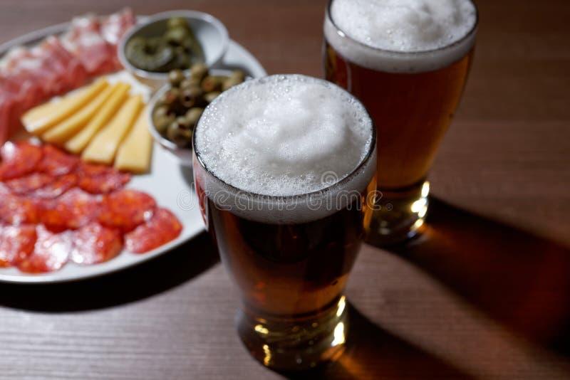 Пиво и antipasto стоковые изображения
