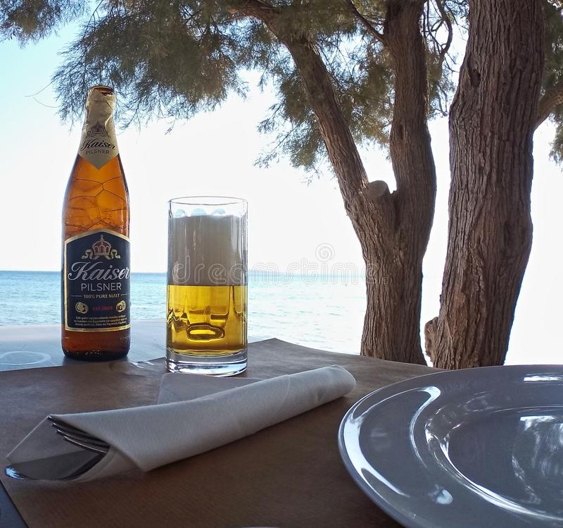 Пиво на харчевне пляжа греческой на Paros стоковая фотография