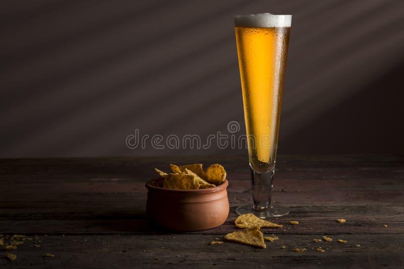 пиво откалывает tortilla стоковое изображение rf