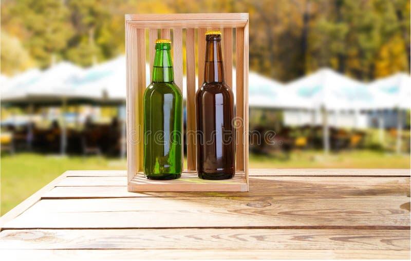 Пиво ремесла в деревянной коробке на запачканной предпосылке района паба лета стоковые фотографии rf