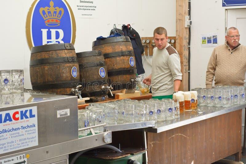 Пиво сервировки на шатре Hofbrau Octoberfest стоковое фото rf
