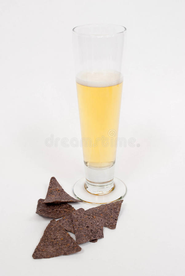 Пиво с обломоками tortilla стоковые фото