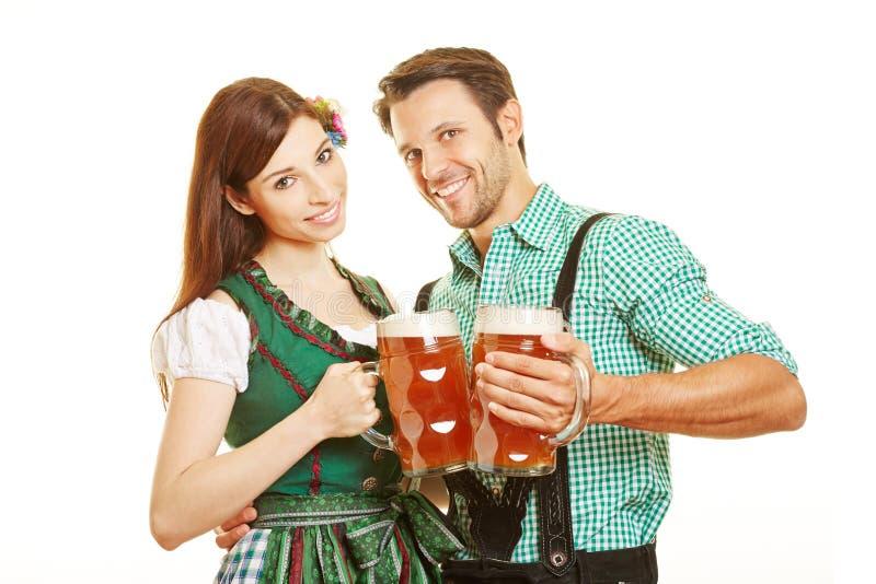 Пиво человека и женщины выпивая стоковые изображения rf