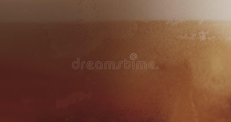Пиво эля крупного плана лить в стекле стоковое фото