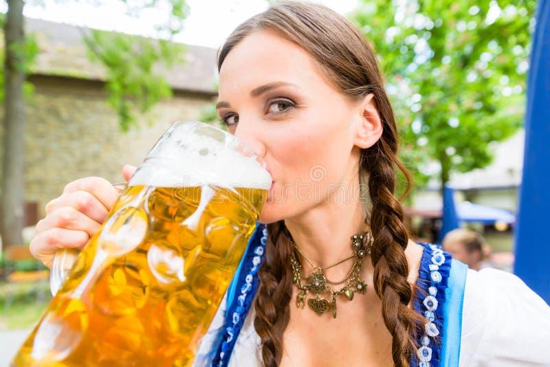 Пиво Dirndl женщины нося выпивая стоковое изображение rf