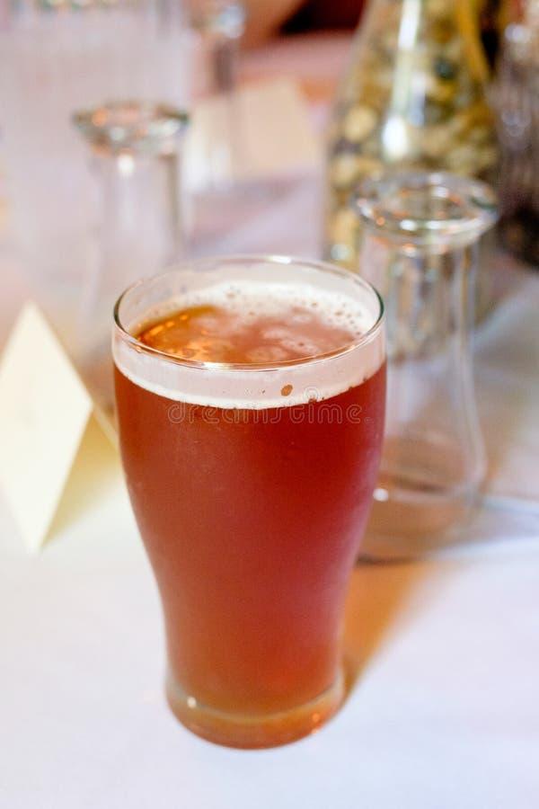 Пиво IPA ремесла на приеме по случаю бракосочетания стоковая фотография