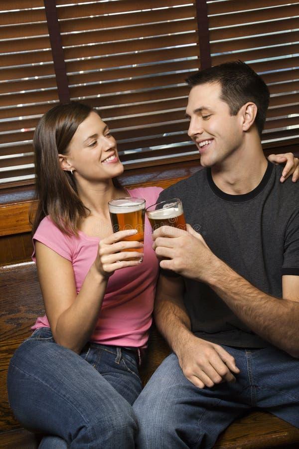 пив соединяют их toasting стоковые фотографии rf