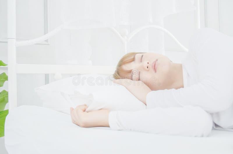 Пижамы женской одежды белые на тюфяке стоковое фото rf