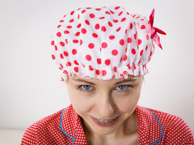 Пижамы смешной женщины нося и купая крышка стоковая фотография