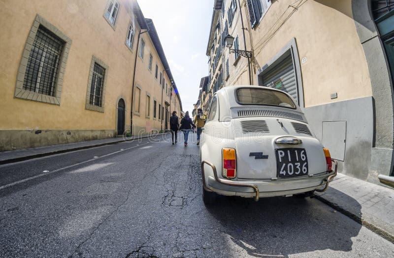 ПИЗА - ИТАЛИЯ - МАРТ 2014: Фиат 500 припаркованный в улице города _ стоковое фото