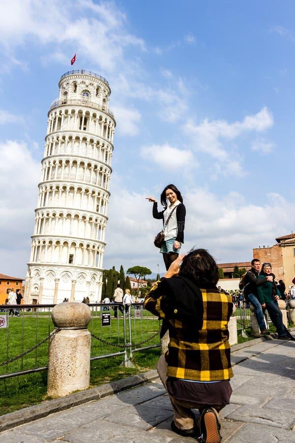 Пиза, Италия - 17-ое марта 2012: Люди принимая фото около башни di Пизы Пизы Torre стоковое фото