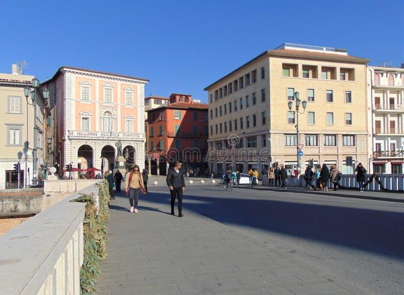 Пиза Тоскана Италия Мост Ponte di Mezzo с идя людьми стоковая фотография rf