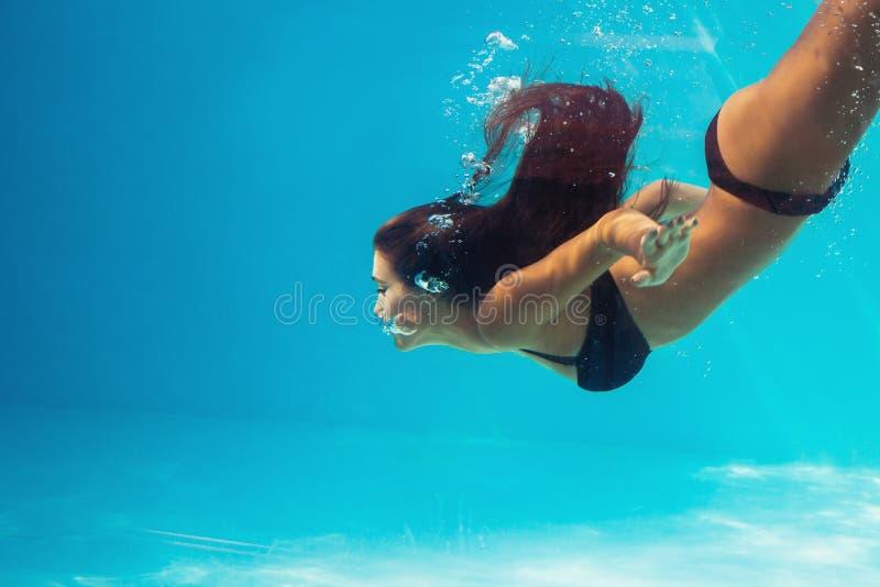 Пикирование женщины в бассейне стоковая фотография rf