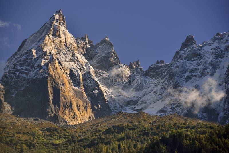 Пики горной цепи Aiguilles и голубое небо стоковые изображения