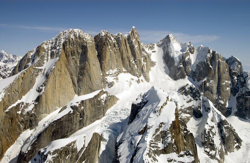 Пики горы приближают к Mount McKinley стоковые фотографии rf