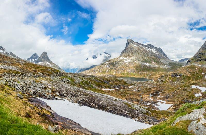 Пики гор вокруг панорамы озера Alnesvatnet, путь Snowy trolles, Trollstigen, муниципалитет Rauma, больше og Romsdal, графство стоковое фото