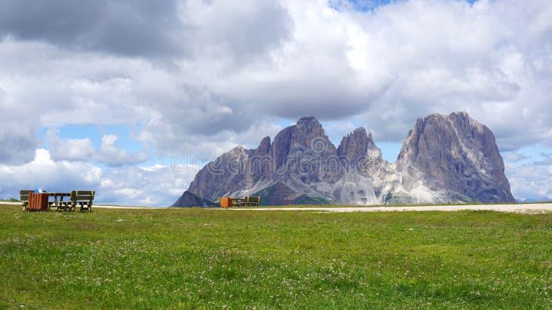 Пики доломитов в лете с местами отдыха для hikers стоковые фотографии rf