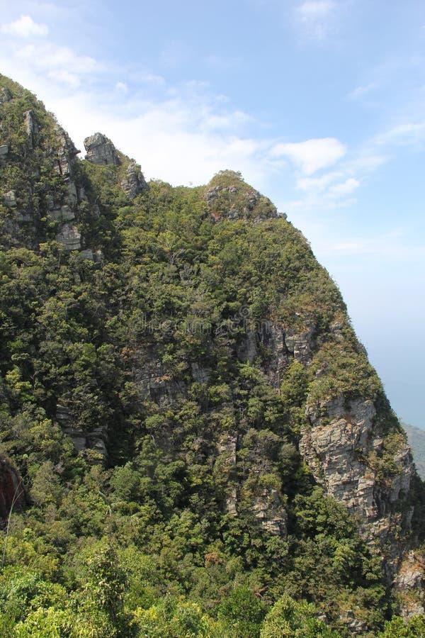 Пики зеленой горы против голубого неба стоковые фотографии rf