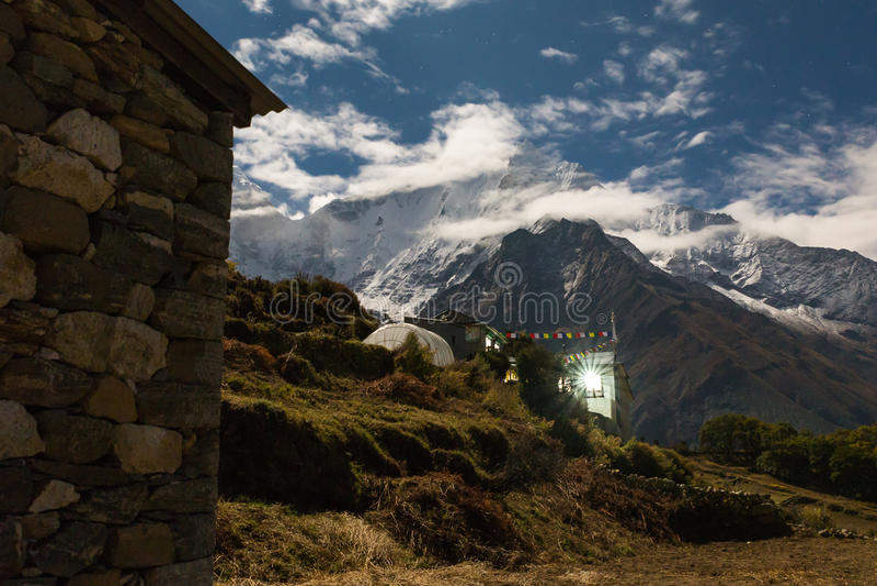 Пики ночи горы Kangtega, деревня Phortse, Непал стоковое изображение rf
