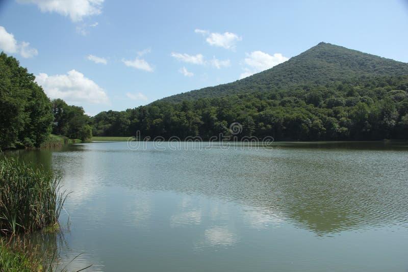 Пики озера выдр стоковое фото rf