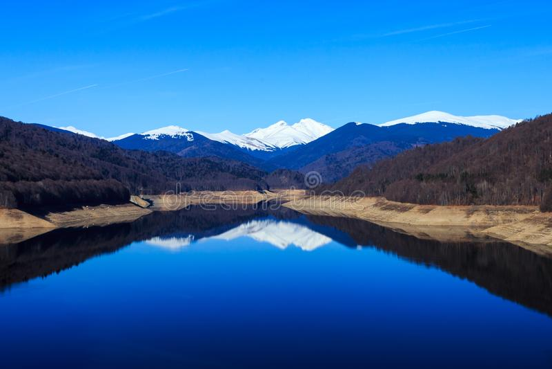 Пики отраженные на озере стоковая фотография rf