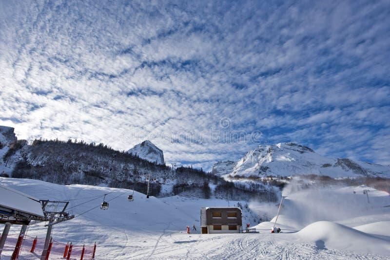 Пики снега в действии в лыжном курорте Gourette стоковые фото