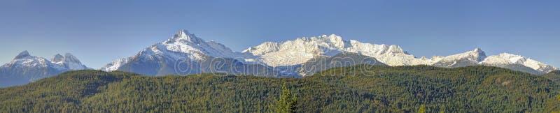 Пики Tantalus выстраивают в ряд на южном конце прибрежных гор Британской Колумбии, Канаде против голубого неба стоковая фотография