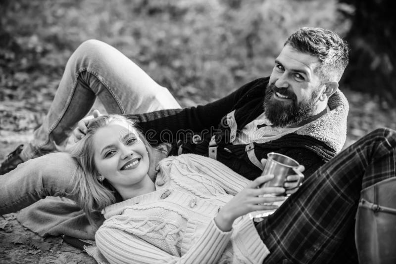 Пикник выходных каникул располагаясь лагерем и Концепция туризма Время пикника Счастливые любящие пары ослабляя в парке совместно стоковое изображение