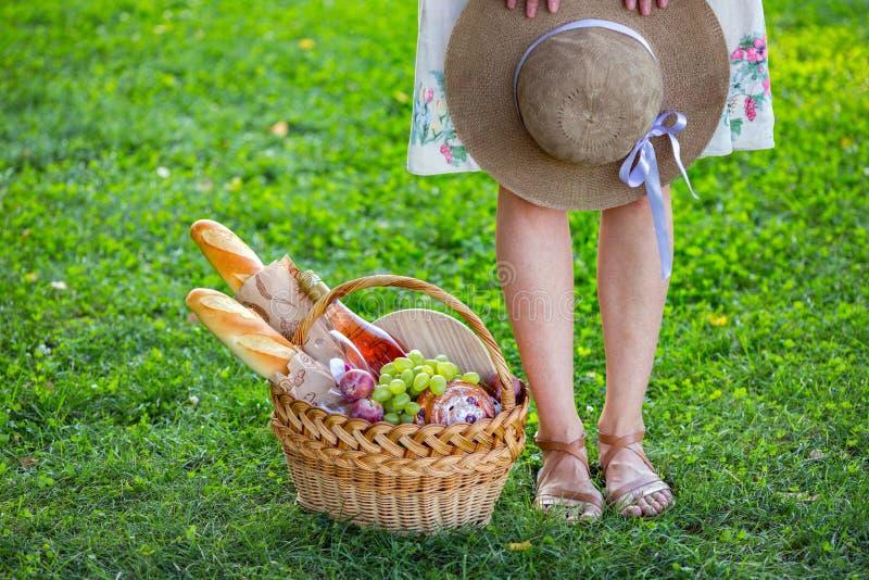 Пикник в луге стоковые фото