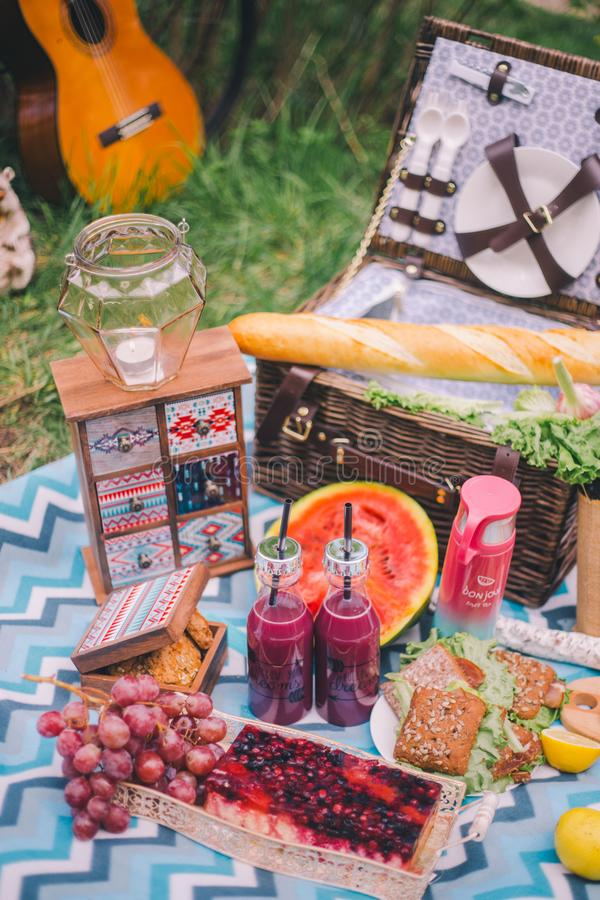 Пикник лета дизайна в природе На шотландке корзина еды стоковая фотография rf