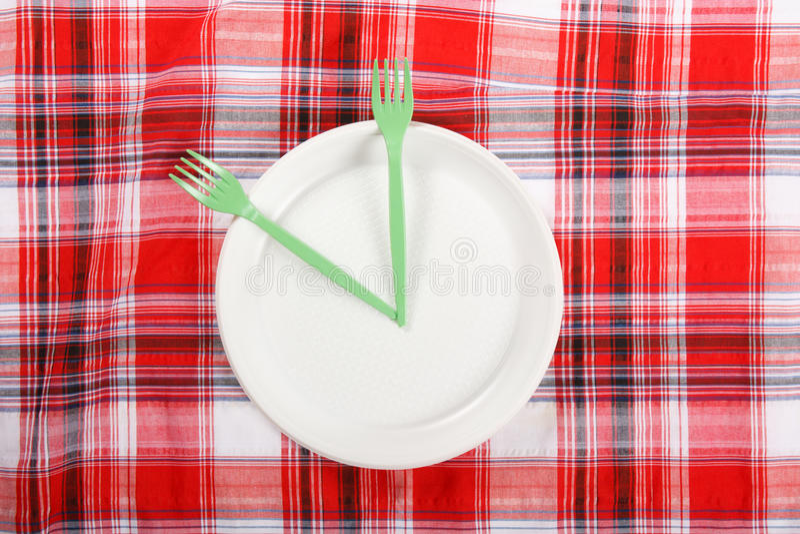 Пикник. плита на скатерти стоковое изображение rf