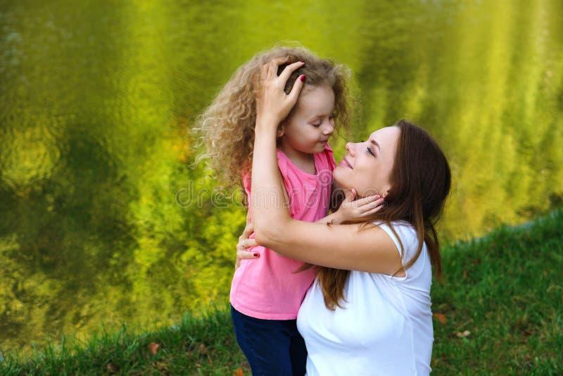 Пикник семьи Мать и дочь стоковое изображение rf