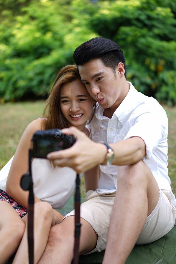 Пикник счастливых пар датировка внешний с камерой стоковое фото