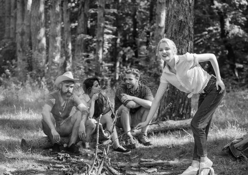 Пикник с друзьями в лесе около костра Друзья компании имея предпосылку природы пикника похода Hikers ослабляя во время стоковое изображение rf