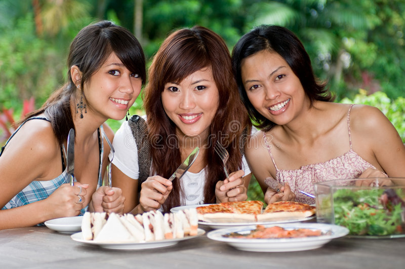 Пикник с друзьями стоковые изображения rf