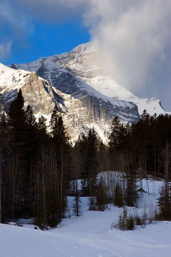 Download пиковое sunlit стоковое фото. изображение насчитывающей канада - 494072