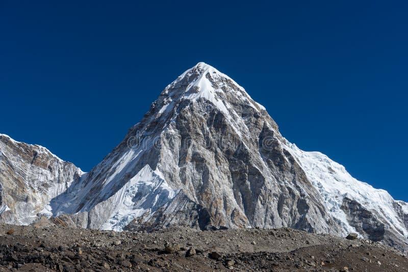 Пик горы Pumori, зона Эвереста стоковые изображения