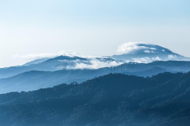 Пик крышки облаков голубой горы стоковые изображения