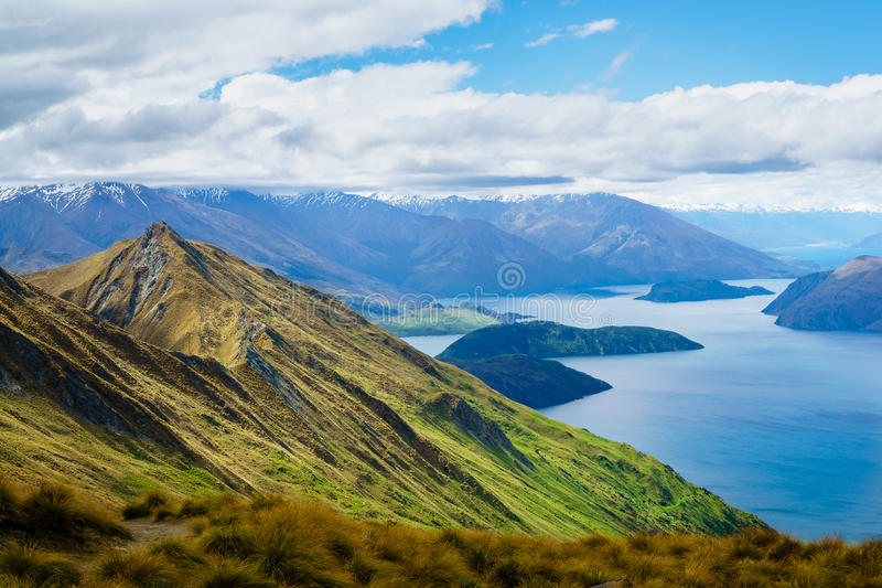 Пик ` s Роя в Wanaka с озером Wanaka и горы в Dista стоковые изображения