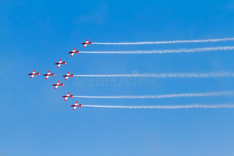 Пилотажная группа на airshow с дымом стоковые изображения